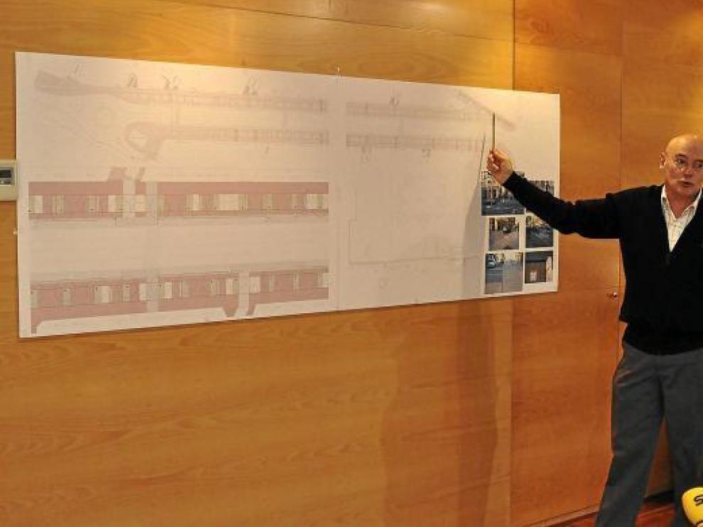El concejal Joaquín Vera muestra sobre el plano el proyecto de reforma de la avenida de Madrid.