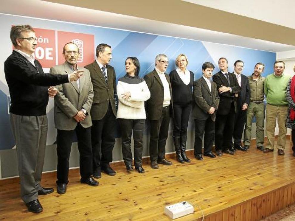 Almunia, con los candidatos presentes en la reunión y el secretario provincial, José María Becana.