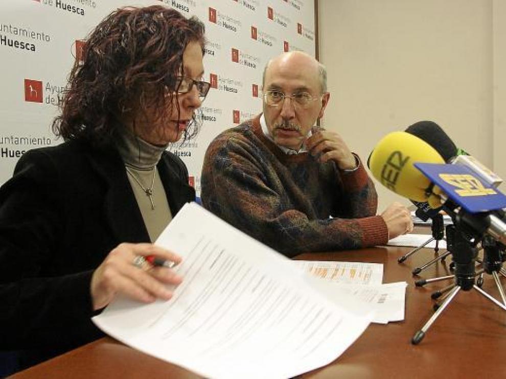 La concejal Carmen Cáceres y el portavoz del PSOE, Domingo Malo, presentaron las cuentas.