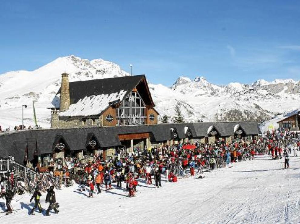 Más de 10.000 esquiadores disfrutaron ayer de Formigal. En la foto, la abarrotada terraza de Anayet.