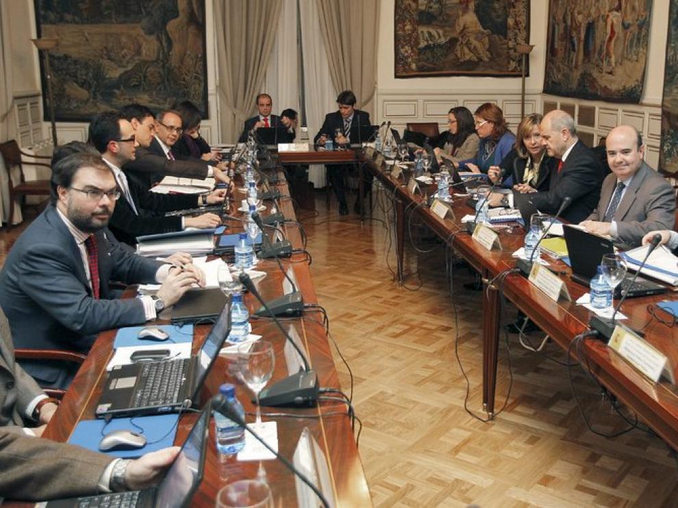 Socialistas y 'populares' en la mesa del Pacto Antitransfuguismo