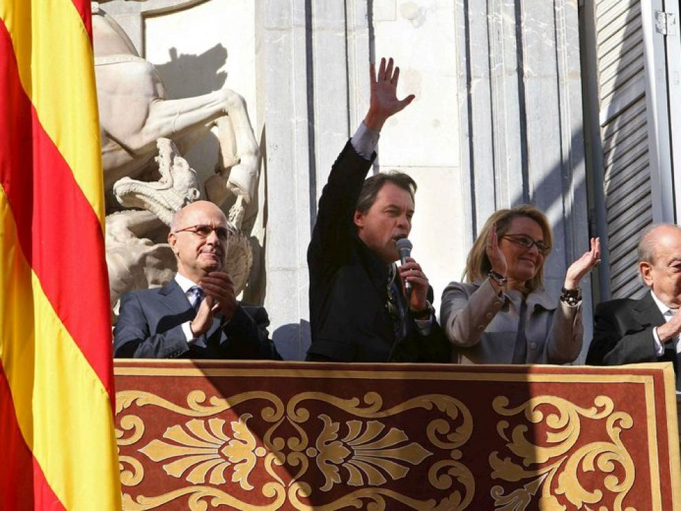 Artur Mas saluda desde el balcón junto a Duran i Lleida y Jordi Pujol