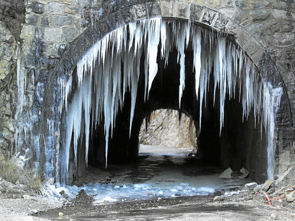 Carámbanos, ayer, en uno de los túneles de la antigua carretera de Monrepós