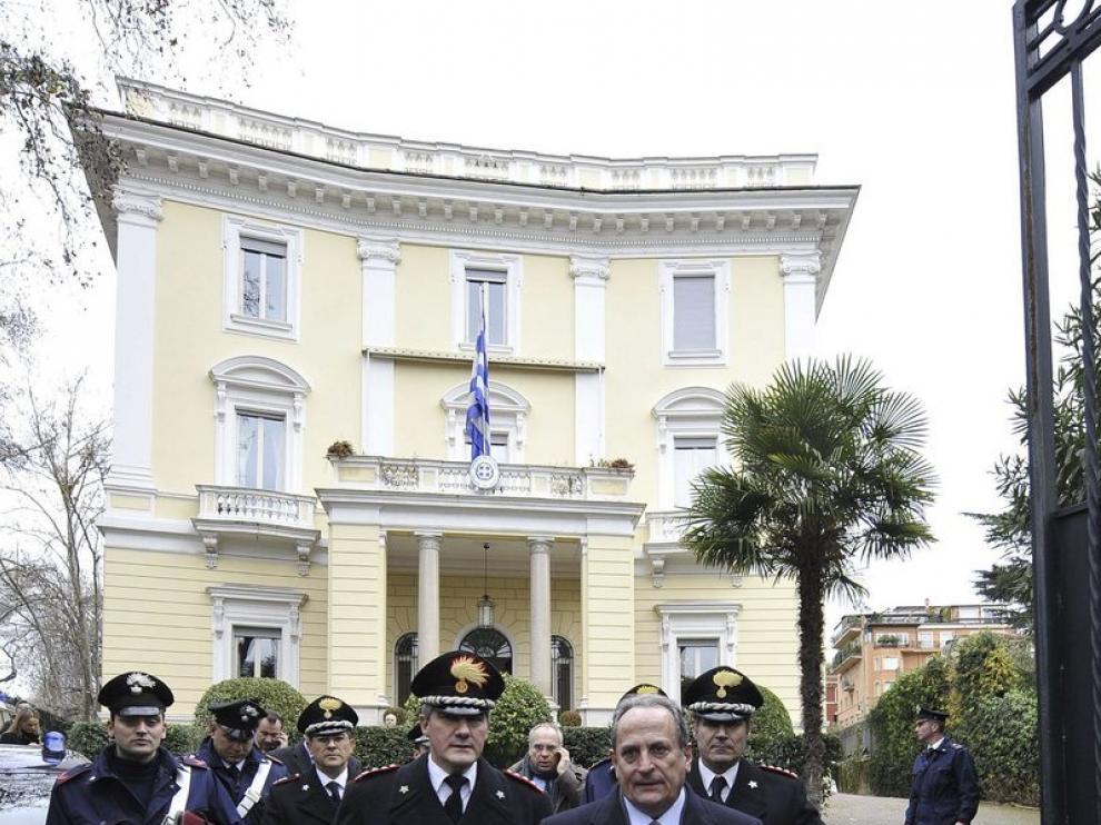 Michale E. Cambanis, ambajador griego, es acompañado por los policías italianos tras hallarrse el artefacto explosivo