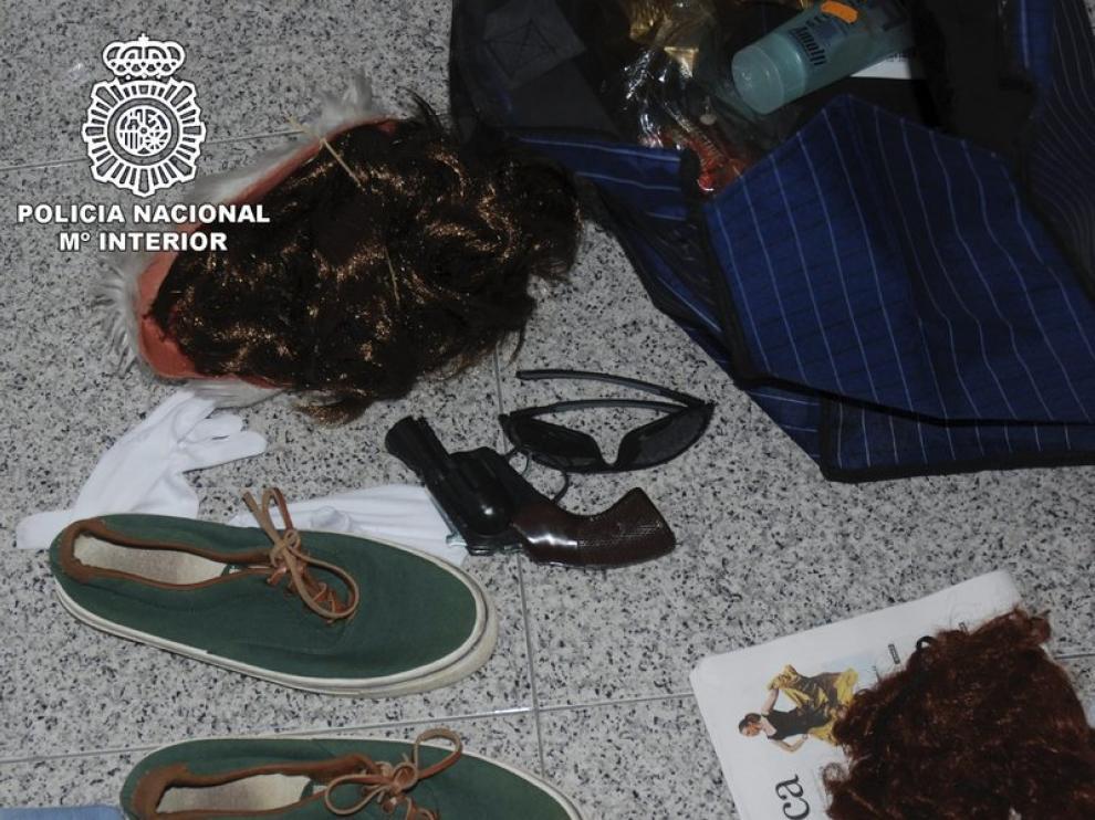 Una bolsa con material utilizado por uno de los detenidos por fingir su secuestro