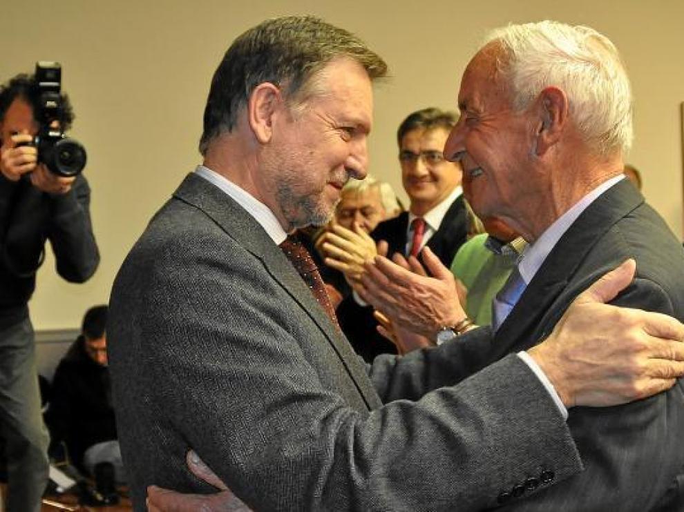 Iglesias se abraza con el premiado, durante el acto celebrado ayer tarde en Fraga.