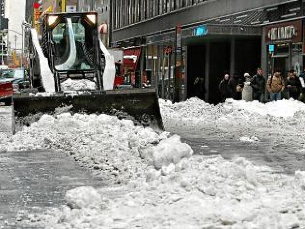 Un quitanieves limpia una calle de Nueva York, ayer.