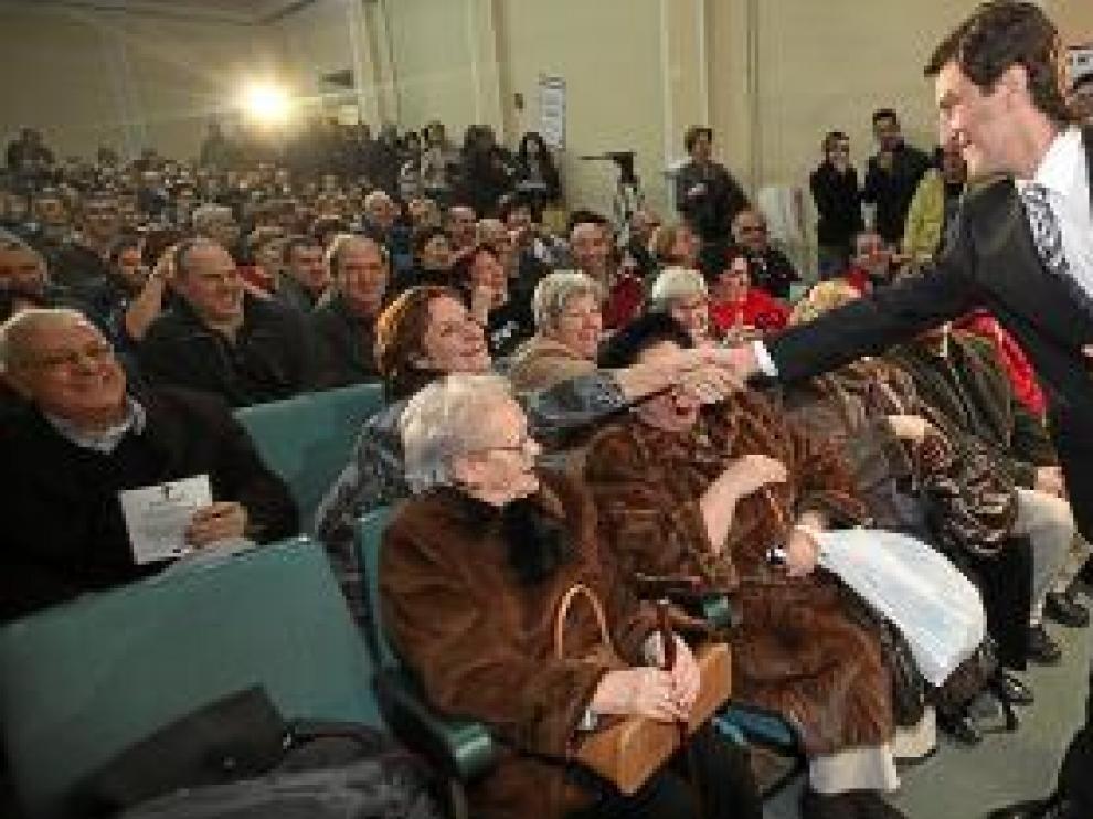 Zapatero Rodríguez saludó al público a su llegada.