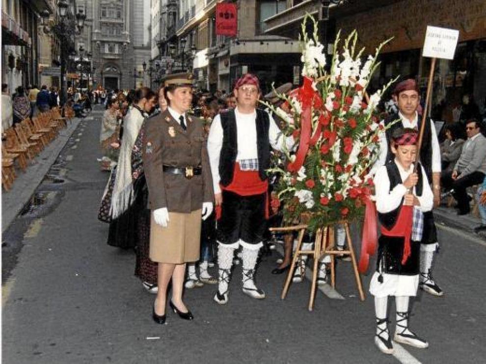 María José, con el uniforme que entonces lucía en la Policía Nacional, durante una Ofrenda a la Virgen.