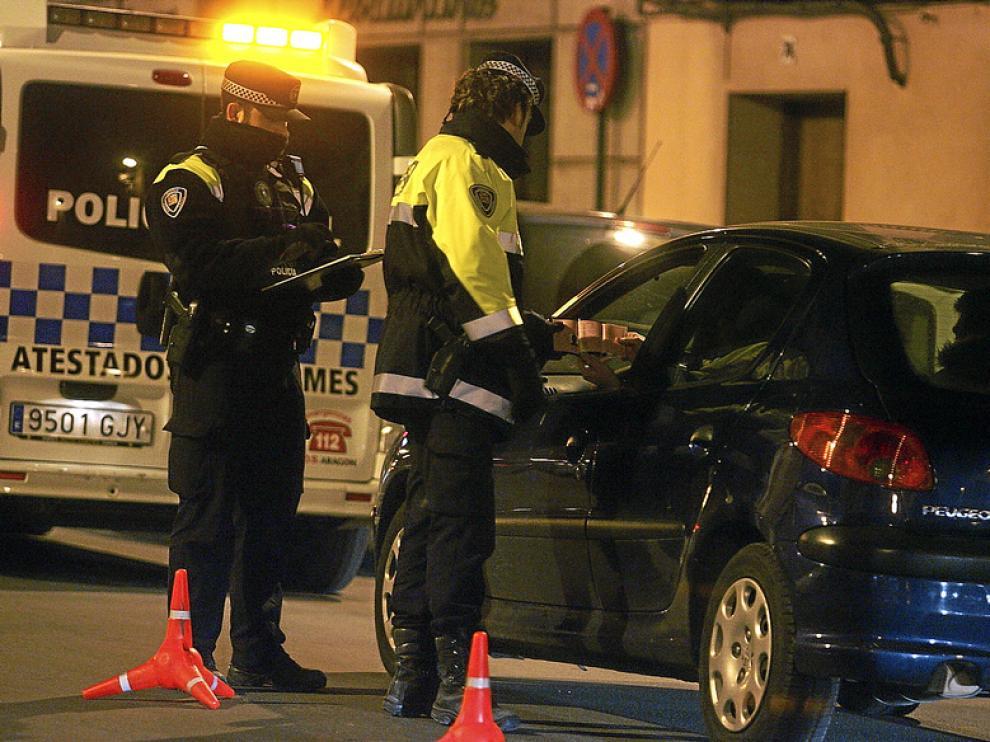 Dos agentes de la Policía Local de Huesca realizan un control de alcoholemia en el Coso Alto
