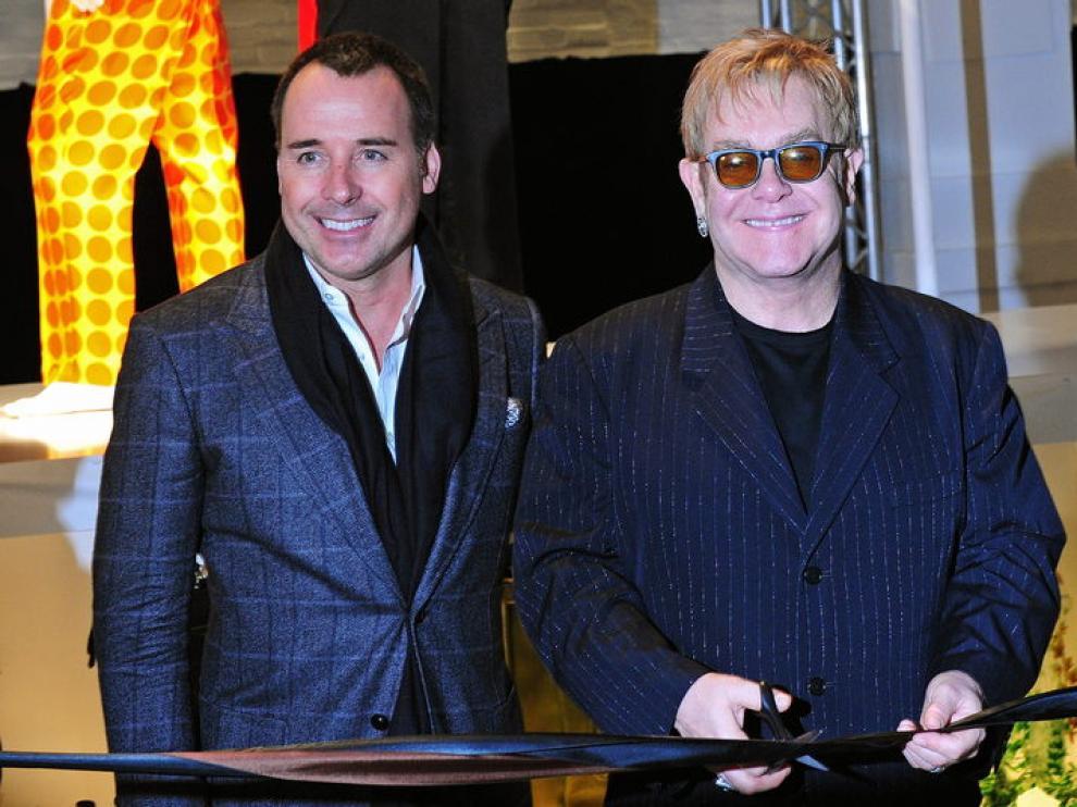 Elton John y su marido, David Furnish, en un acto público durante 2009