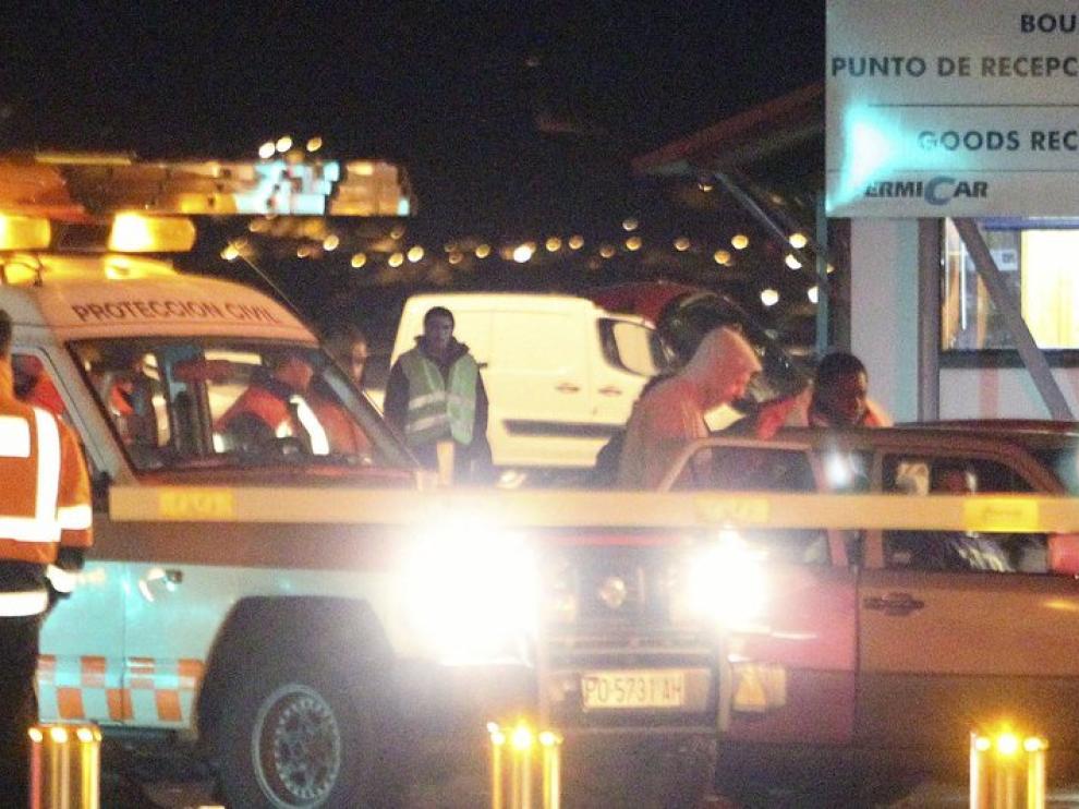 Algunos de los tripulantes, a su llegada al puerto de Vigo