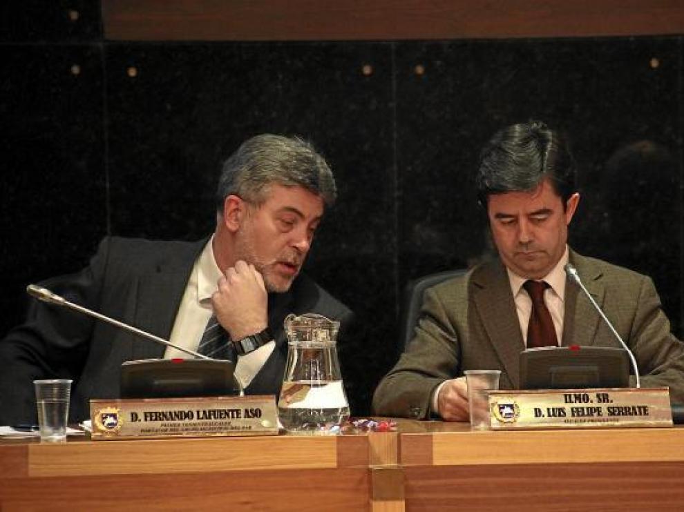 El alcalde (derecha) junto a su primer teniente de alcalde, del PAR, en el pleno de presupuestos.