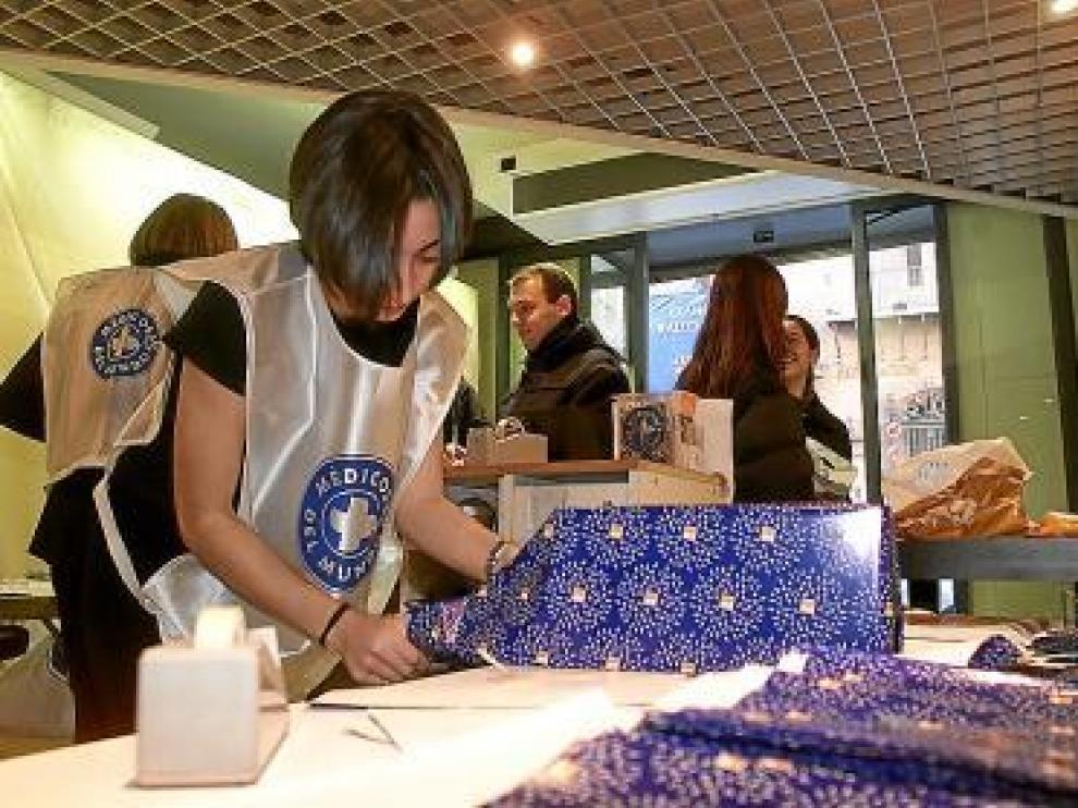Una joven envuelve regalos, en una imagen de archivo.