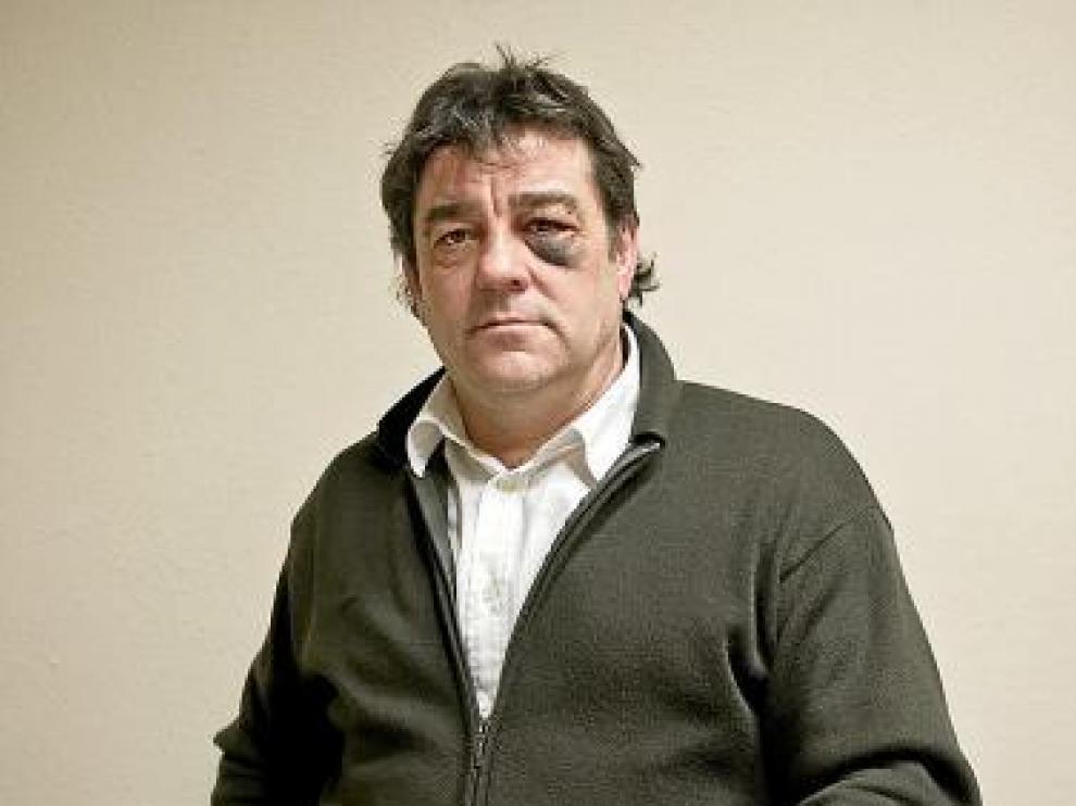 Rafael Abances, con los papeles de la denuncia contra el bar.