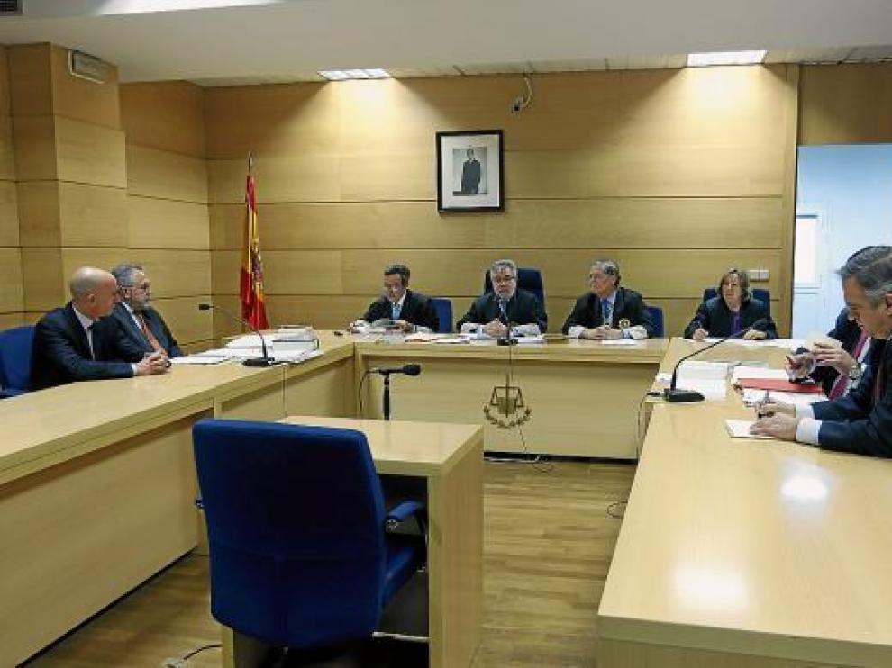 El presidente de la LFP, José Luis Astiazarán (d), y el de la AFE, Luis Rubiales (i), ayer en la Audiencia.