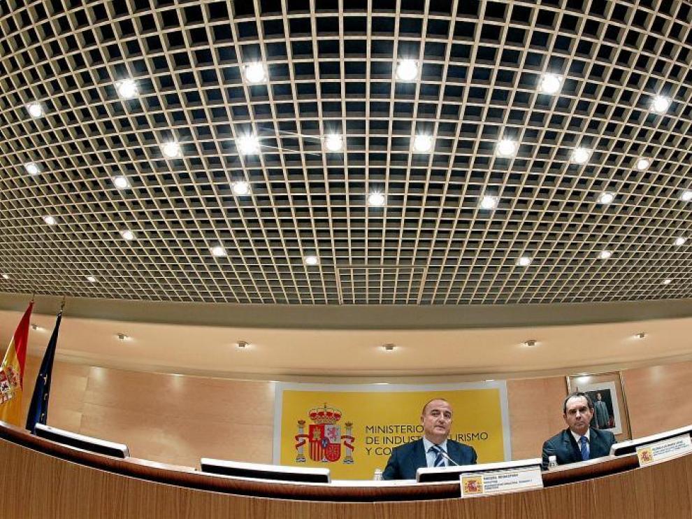 El ministro de Industria, Miguel Sebastián, ayer, junto al secretario de Estado de Energía, Pedro Luis Marín Uribe, en rueda de prensa.