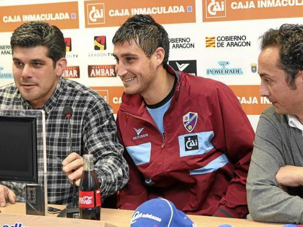 Rigo, en el centro de la imagen, entre el presidente y el gerente del club azulgrana.