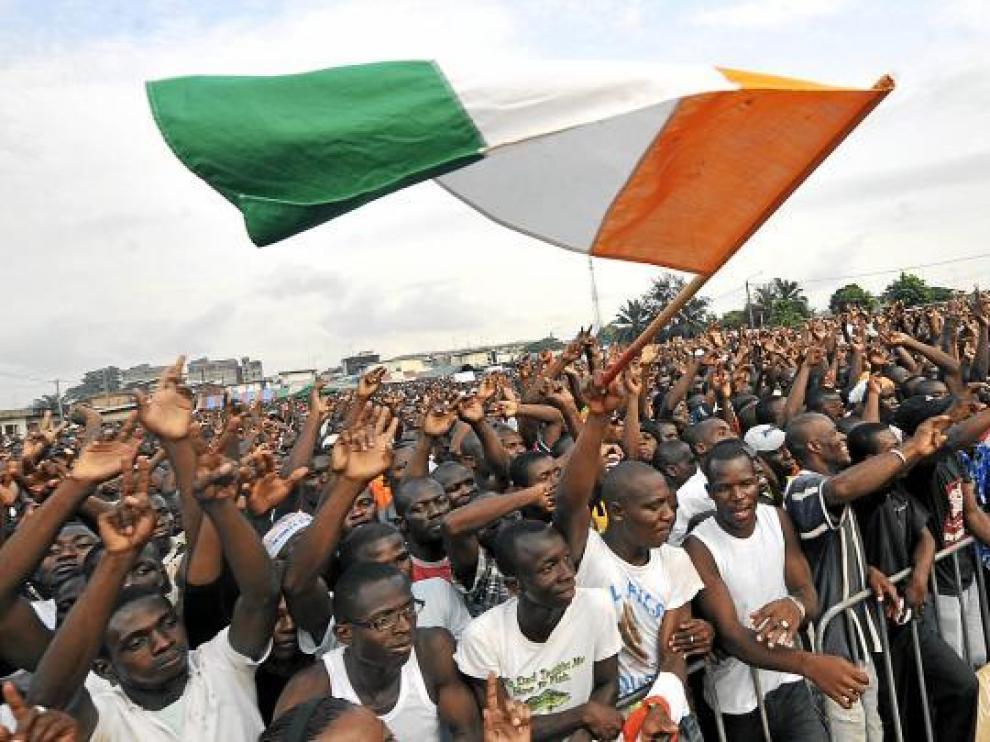 Cientos de Jóvenes Patriotas, seguidores de Laurent Gbagbo, escuchan a su líder, Charles Blé.