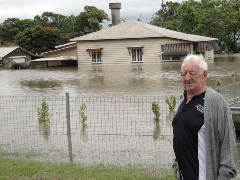 El agua inunda varias viviendas.