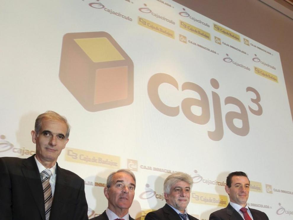 El consejo de administración de Caja3: a la izquierda Juan María Pemán, presidente de la CAI; junto a José Ingnacio Mijangos, de Caja Círculo; Francisco Miguel García, de Caja Badajoz y Luis Miguel Carrasco de la CAI