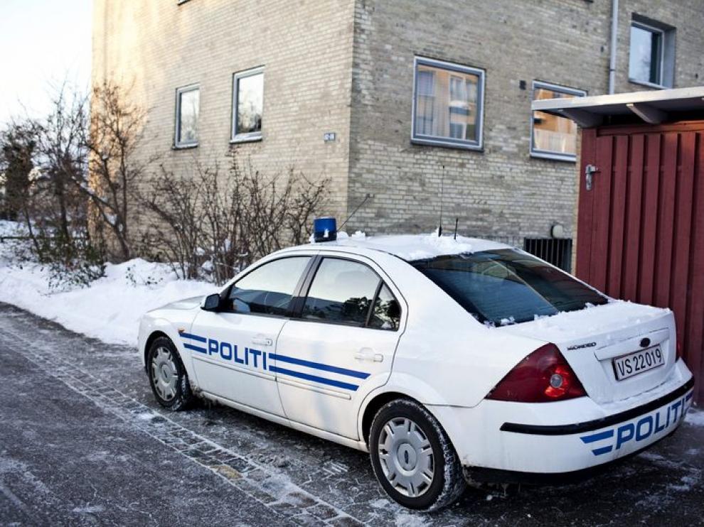Un coche de policía aparcado junto a un edificio propiedad del diario danés 'Jyllands Posten'