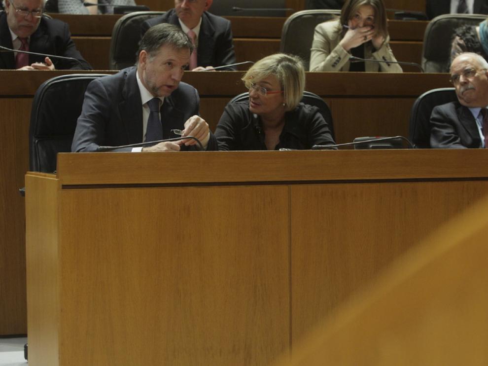 Iglesias, Almunia y Larraz durante el pleno de hoy en las Cortes