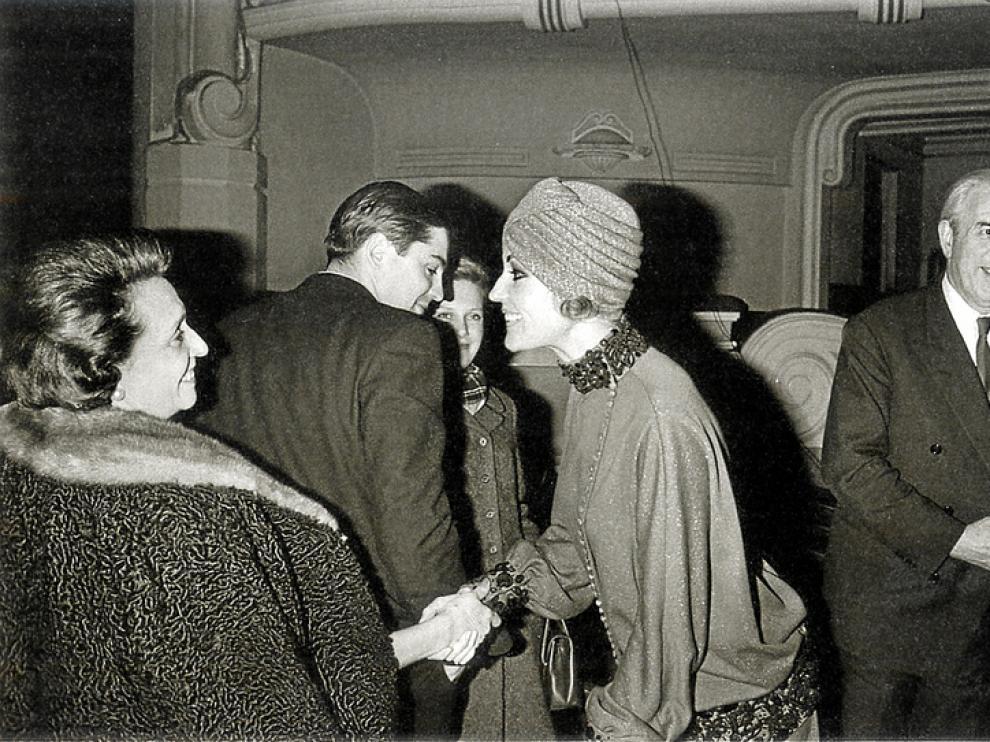 El polígrafo de Urrea de Gaén, Laín, asiste a los ensayos de su obra teatral 'Cuando se espera'. Lo acompañan su esposa Milagros, su hijo Pedro y la hermosa actriz Analía Gadé, en abril de 1967
