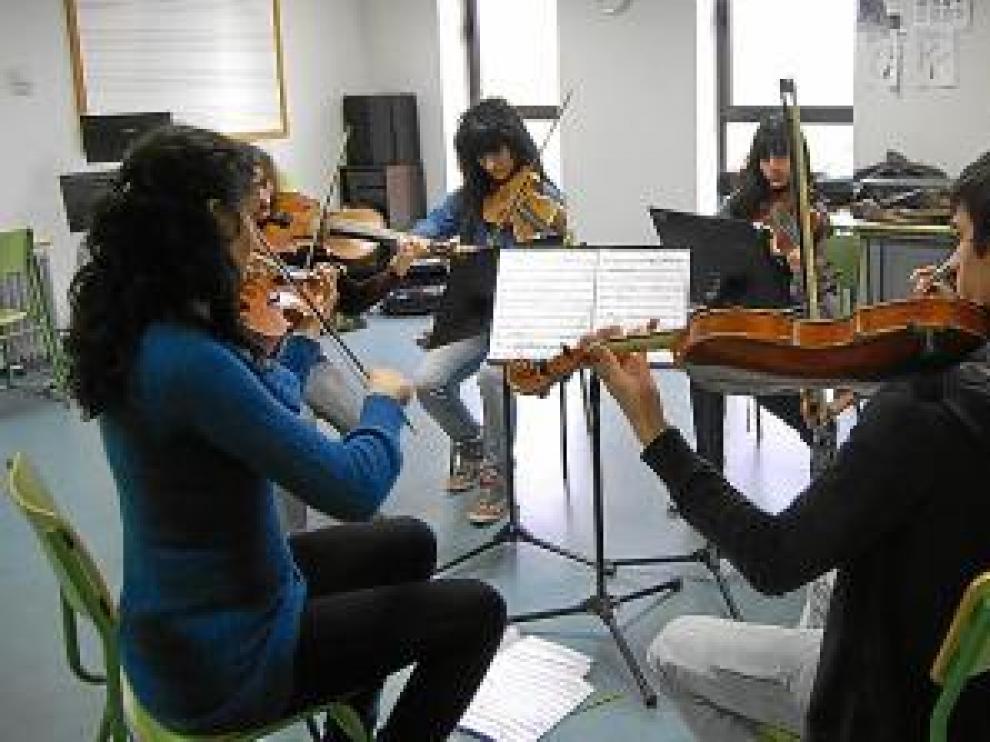 Una de las sesiones magistrales que recibien los alumnos de violín.
