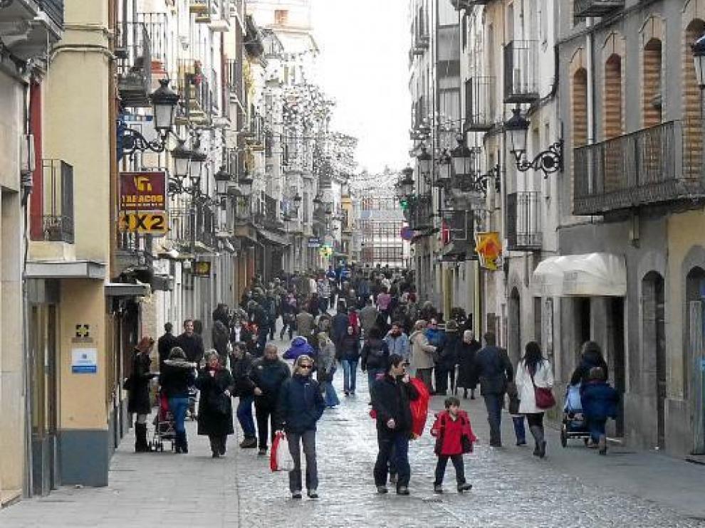 Aspecto que presentaba ayer la calle Mayor de Jaca, una de las ciudades más visitadas.