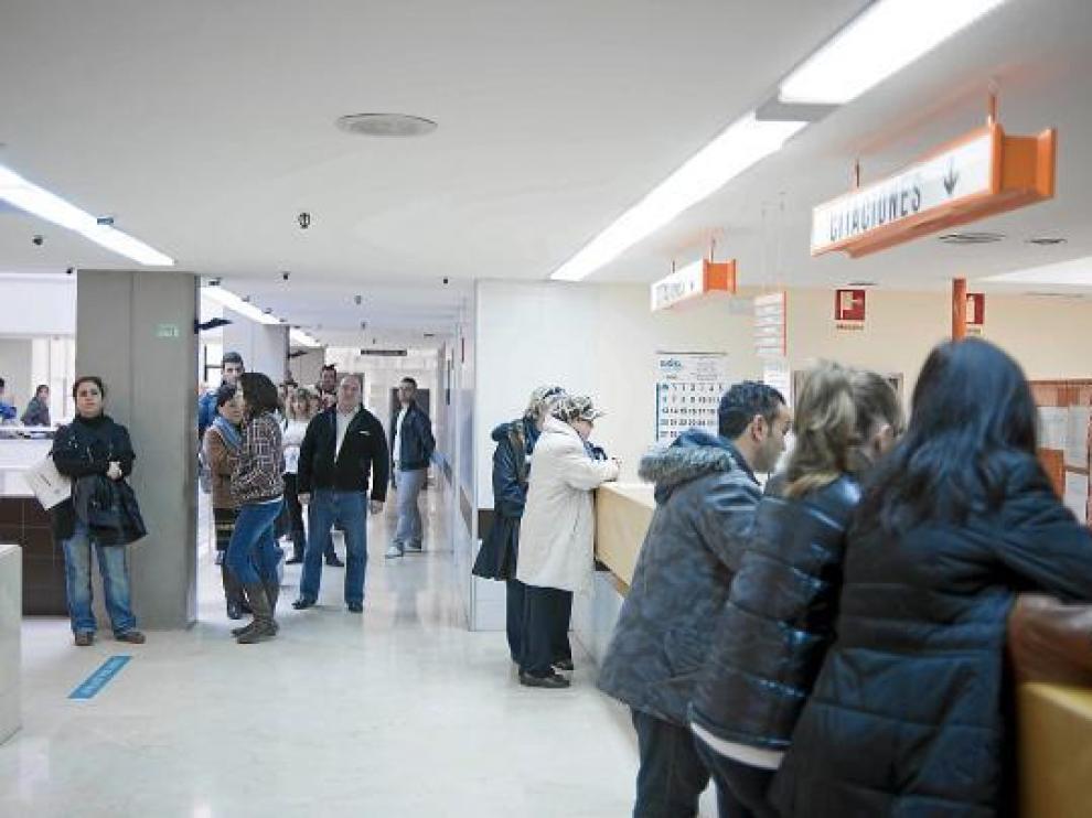 La cola se extendía ayer por todo el vestíbulo de consultas externas del Clínico de Zaragoza.