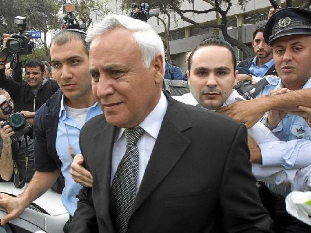 Katsav abandona el tribunal de Tel Aviv en medio de fuertes medidas de seguridad, ayer.