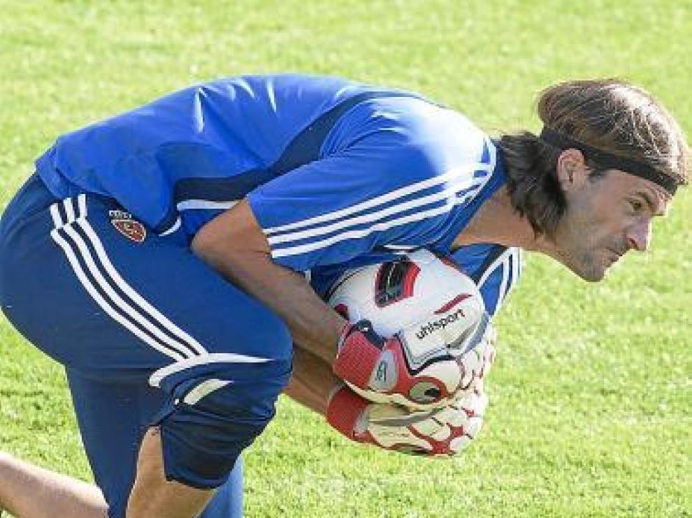 Franco bloca un balón en un entrenamiento.