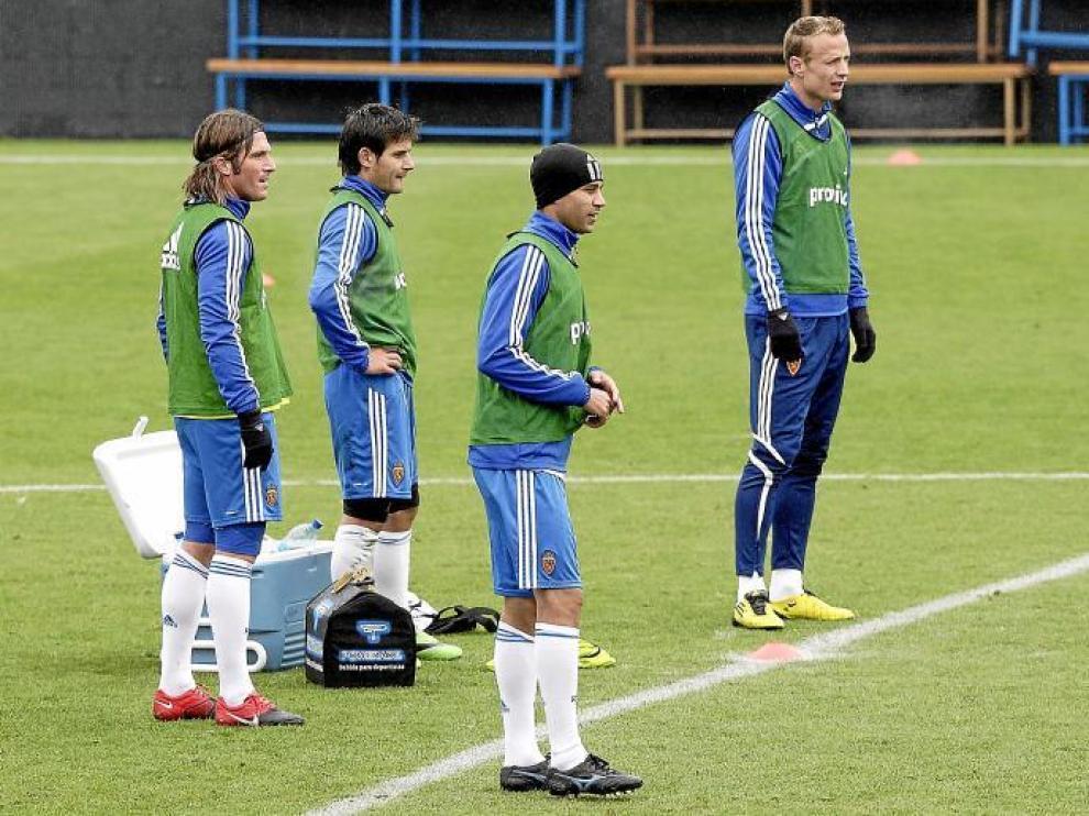 Lanzaro, Diogo y Jarosik, tres de los futbolistas del Zaragoza que acaban contrato el 30 de junio, entrenan junto a Javier Paredes.
