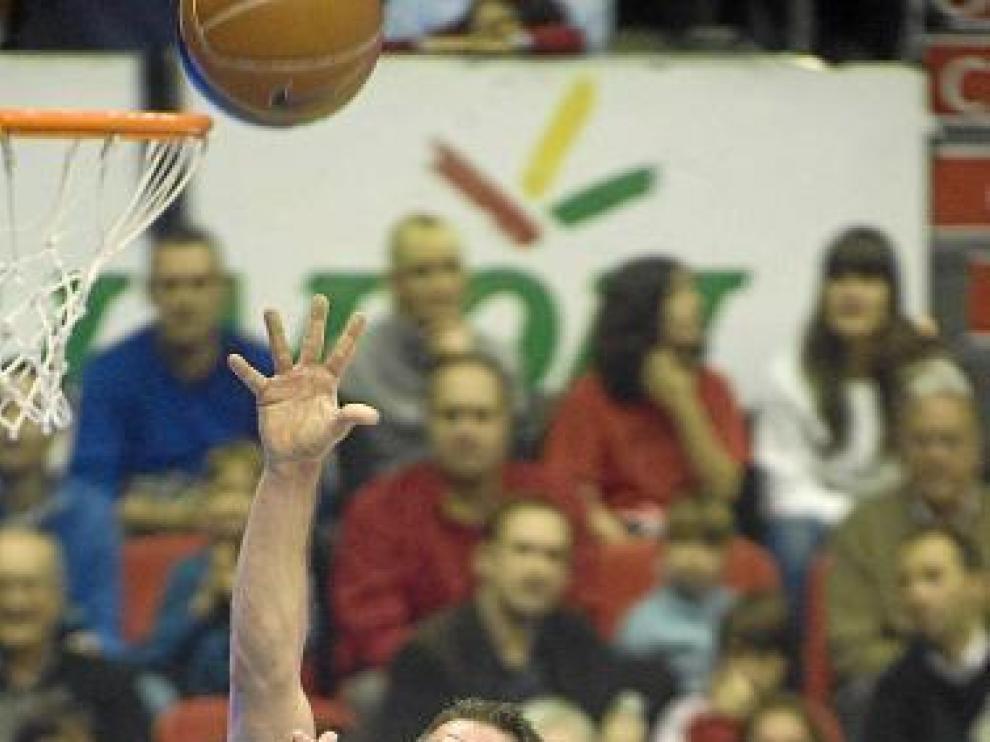 Carlos Cabezas se eleva para lanzar a canasta ante el Bilbao.