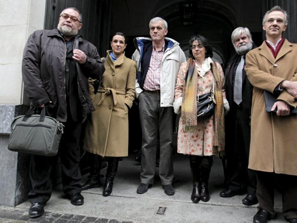El presidente de la Asociación de Internautas, Víctor Domingo (izda.), y el fundador de Weblogs, Julio Alonso (dcha.), entre otros, a su llegada a la reunión.