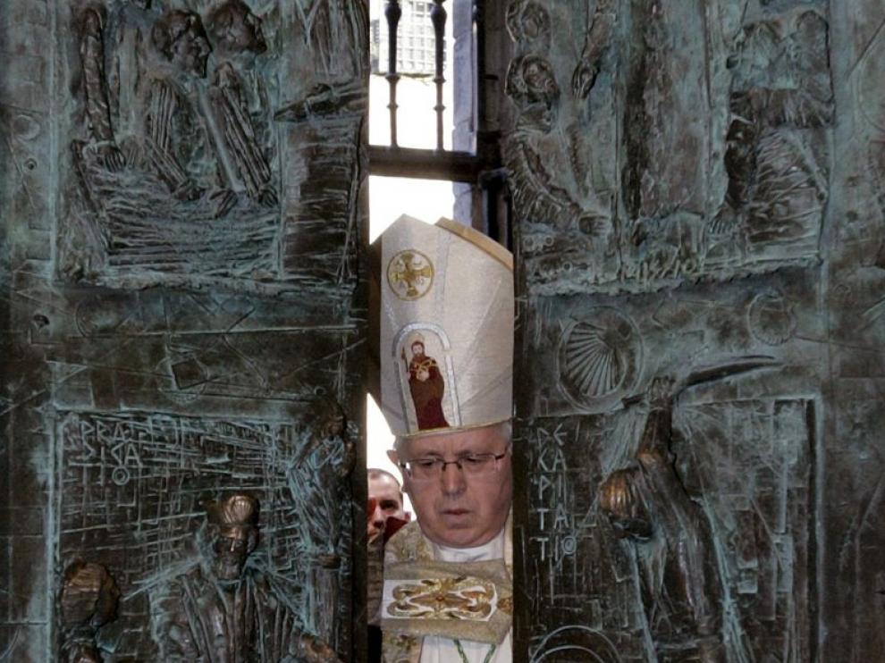 Julián Lago cierra la Puerta Santa en Compostela.