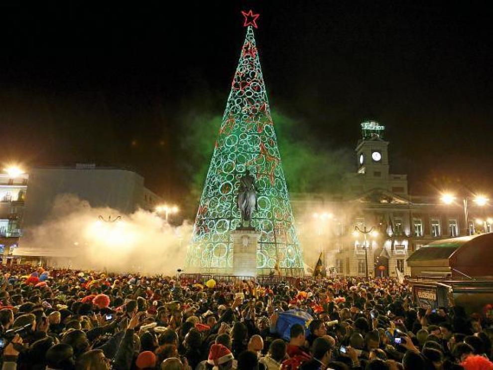 Miles de personas celebraron el fin de año en la Puerta del Sol de Madrid.