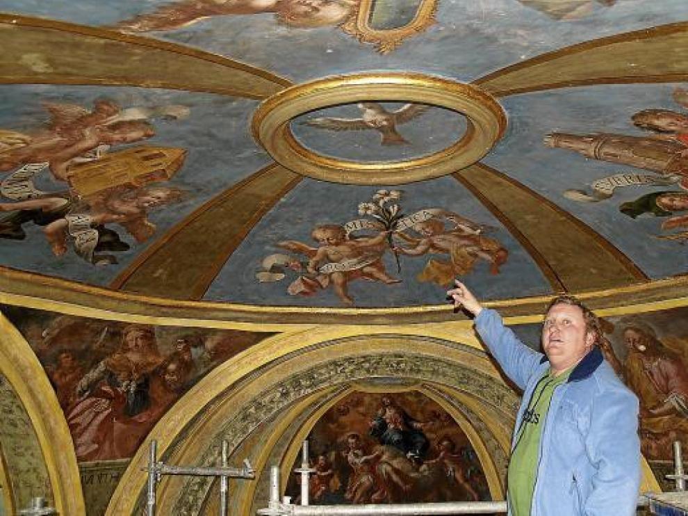El presidente del patronato de la cofradía, junto a las pinturas restauradas en la cúpula del camarín.