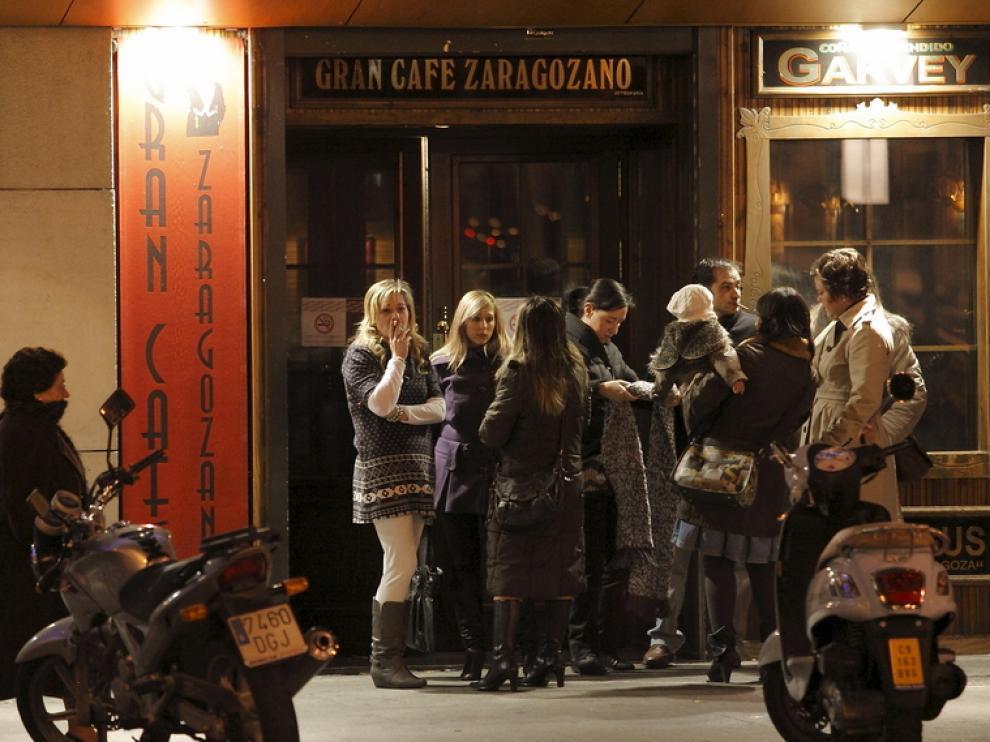 Los fumadores a las puertas de los bares, como en este de la plaza de España zaragozana, ya son parte del paisaje ciudadano
