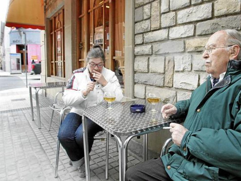 Fumadores en la terraza de un bar