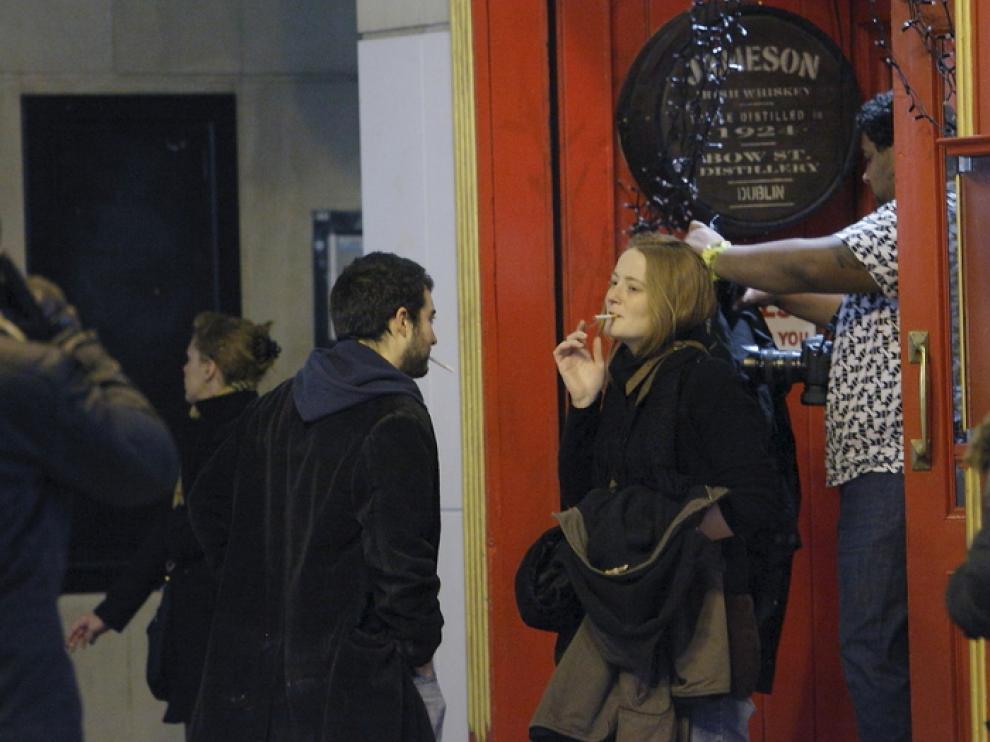 Fumadores a la puerta de un bar en Zaragoza.