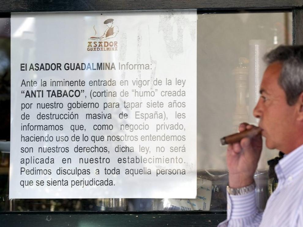 Carteles en el asador de Marbella que permite fumar