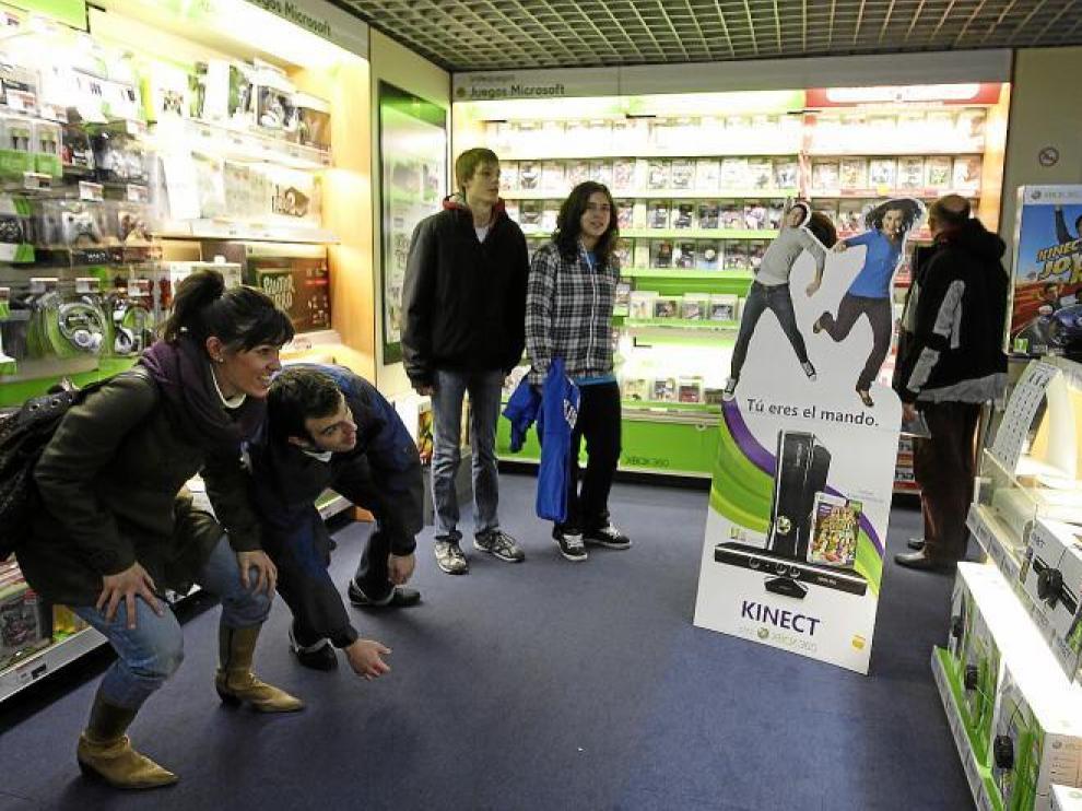 Miguel Martínez y Mónica Arruebo probaron ayer en Fnac un nuevo dispositivo de XBox, en el que no se necesita mando.