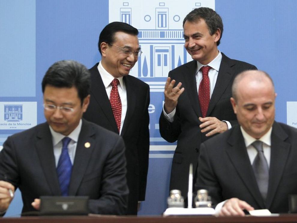Sebastián (d), en presencia del presidente del Gobierno español (2d) y el viceprimer ministro chino, Li Keqiang (2i)