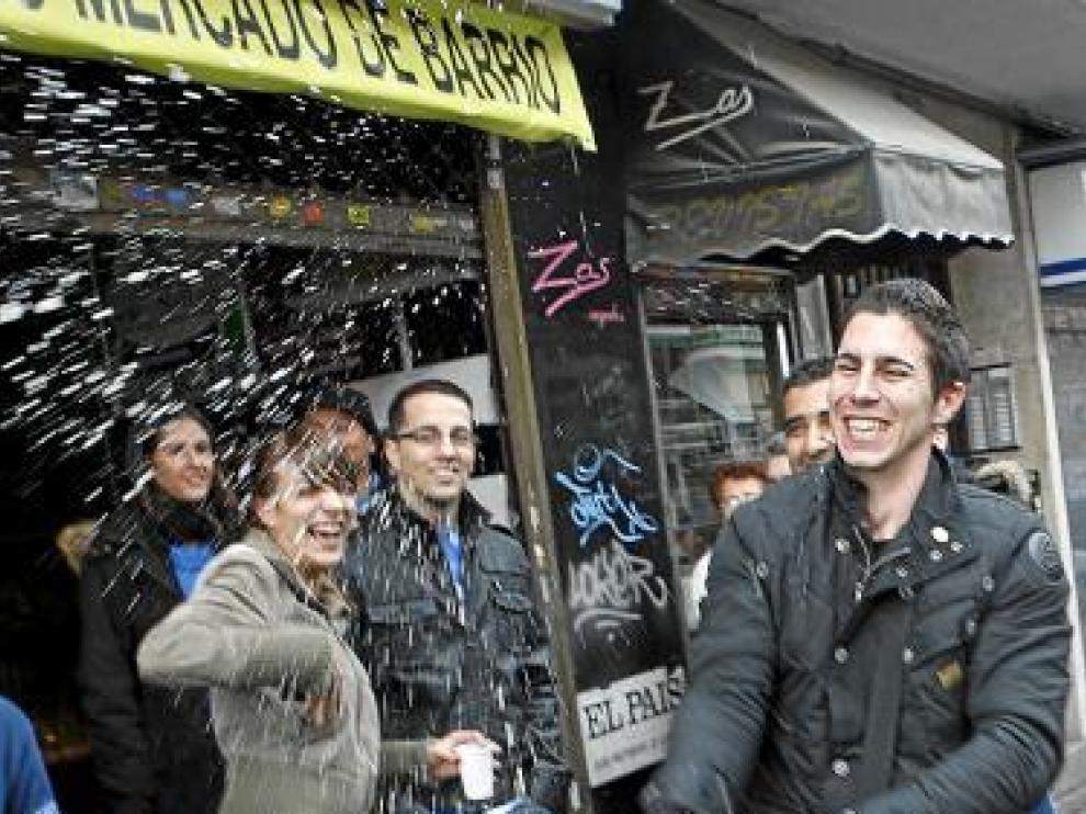 Varios jóvenes celebran su suerte con champán, en Madrid.