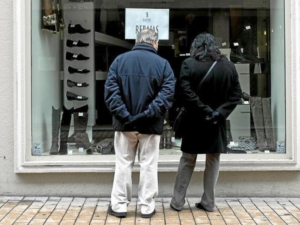 Los comercios de la capital aragonesa exhibían ya ayer el cartel de rebajas en el escaparate.