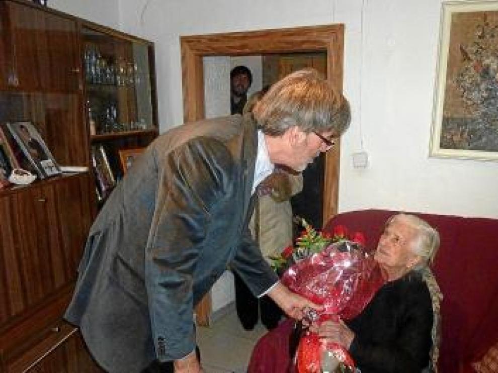 El alcalde, Salvador Plana, regaló a Josefa Tomás un ramo de flores.