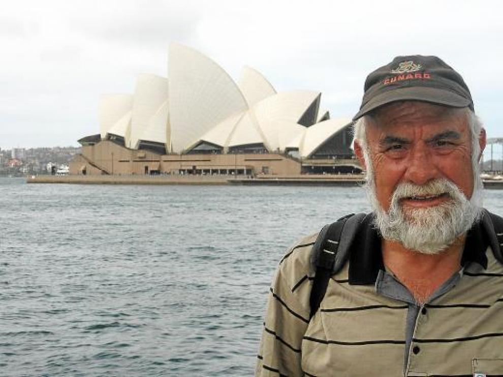 Tomás Navarro, delante de la Ópera de Sidney, Australia.