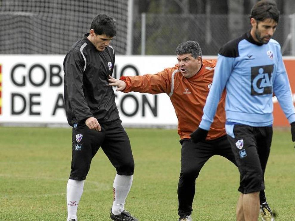 Onésimo Sánchez da instrucciones a sus jugadores durante el entrenamiento de ayer en el IES Pirámide.